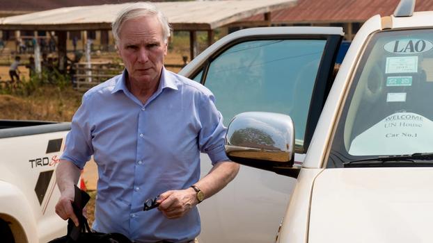 ທ່ານ Philip Alston ຜູ້ຣາຍງານພິເສດ ສະຫະປະຊາຊາດ ດ້ານຄວາມທຸກຍາກຫຼາຍທີ່ສຸດ ແລະສິດທິມະນຸດ ເດີນທາງໄປຢ້ຽມຢາມລາວ 11 ມື້, ແຕ່ວັນທີ 18 ຫາ 28 ມິນາ 2019 The Special Rapporteur arrives at a village in Champasack.