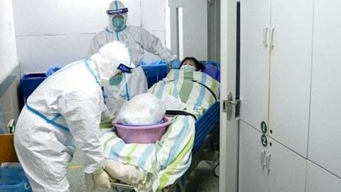 ພະນັກງານນາຍໝໍ ຢູ່ໂຮງພຍາບານ ສົງໜານ ອູ່ຮັນ ( Wuhan Zhongnan hospital) ກໍາລັງນໍາເອົາ ຜູ້ຕິດເຊື້ອ ໂຄໂຣນາ ໄວຣັສ ເຂົ້າໄປປິ່ນປົວ